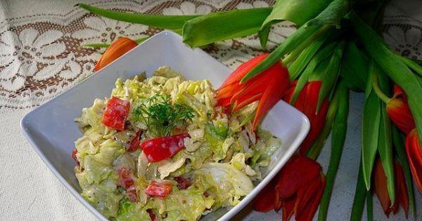 Sałatka wiosenna z kurczakiem - sałatkę przekładamy do miski i dekorujemy rzeżuchą.