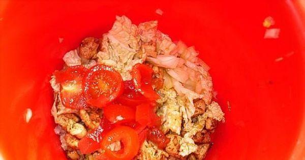 Sałatka wiosenna z kurczakiem - Pierś kurczaka kroimy w drobna kostke  .