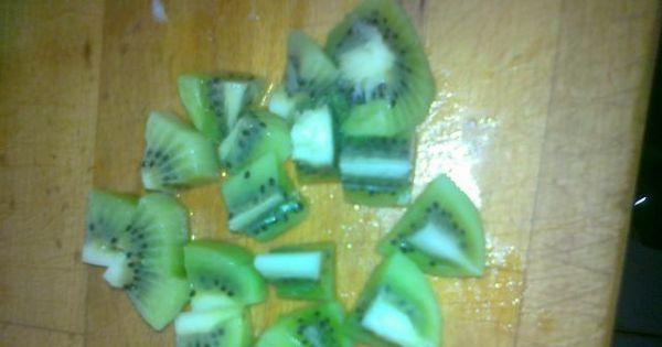 Sałatka Witaminowa bomba - Owoc kiwi obieram i kroję na nie zbyt duże kosteczki