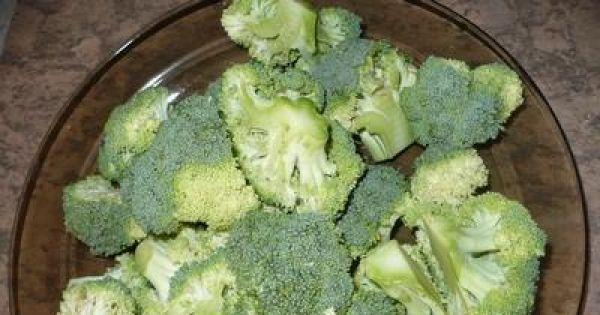 Sałatka z brokułami i jajkiem - Brokuł dzielimy na mnieksze różyczki i gotujemy do miękkości