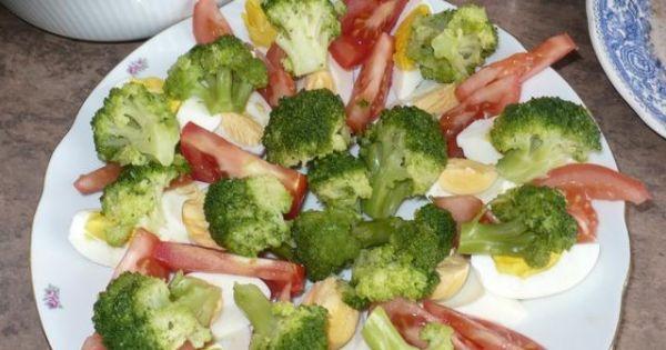 Sałatka z brokułami i jajkiem - Warzywa i jajka układamy na płaskim talerzu