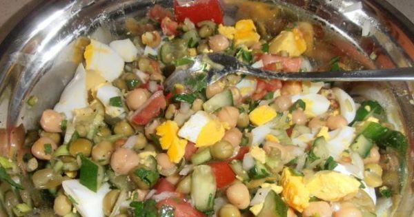 Sałatka z cieciorką i warzywami - mieszamy wszystko razem w misce doprawiamy do smaku łączymy z majonezem