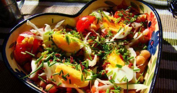 Sałatka z cieciorki i jajka - Smaczna sałatka z cieciorki i jajka z dodatkiem pomidorków koktajlowych