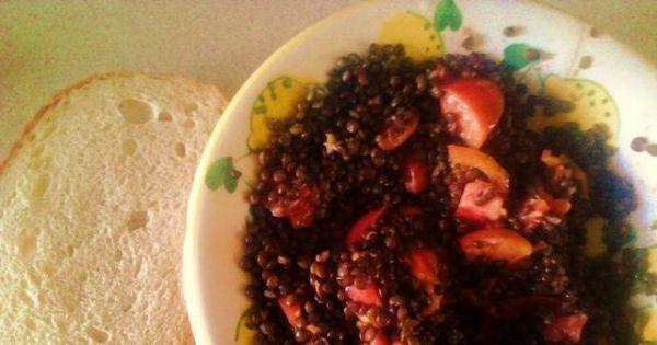 Sałatka z czarnej soczewicy - Sałatka świetnie smakuje z chlebem lub grzankami