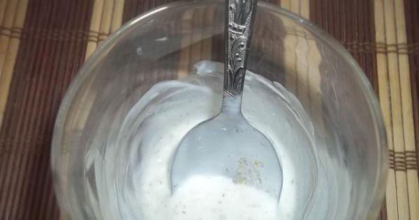 Sałatka z grochem - Sos przygotowany z jogurtu naturalnego z czosnkiem i przyprawą tzatziki.