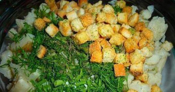 Sałatka z kalafiorem,młodymi ziemniakami - grzanki czosnkowo-cebulowe zaostrzą smak sałatki