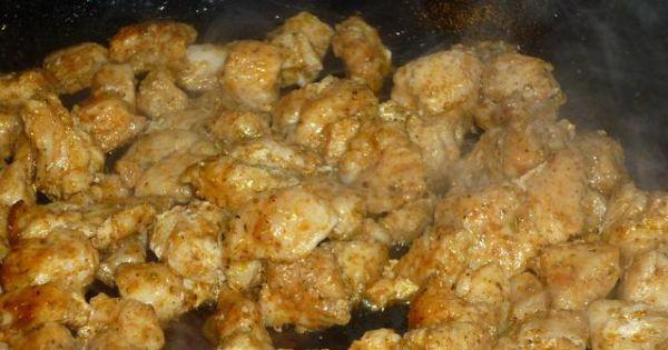 Sałatka z kurczakiem i czerwoną papryką - Zamarynowane mięso usmażyć i ostuddzić .