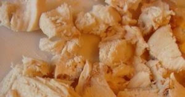 Sałatka z kurczakiem i pomarańczą. - Filet ugotować w wodzie wystudzić i pokroić w małą kostkę