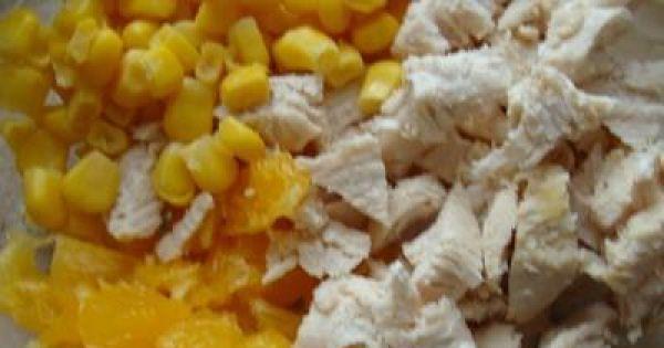 Sałatka z kurczakiem i pomarańczą. -  Z pomarańczy usunąć białą błonkę i pokroić ją w kostkę przełożyć do miski i wsypać kukurydzę i dodać filet wymieszać.