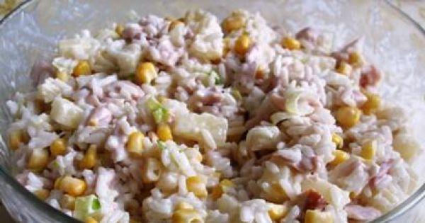 Sałatka z kurczakiem wędzonym i ryżem - Wszystko razem wymieszać, dodać majonez i przyprawy. Ostatecznie doprawić do smaku. Można odstawić do lodówki na pół godziny, aby smaki się przegryzły.