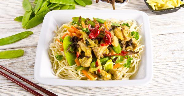Sałatka z makaronem z zupek chińskich