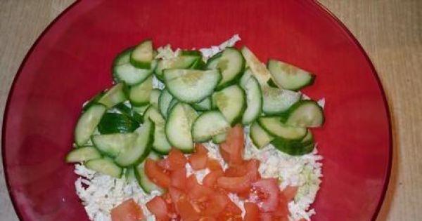 Sałatka z mozarelli i świeżych warzyw - Kapustę pekińską drobno szatkujemy. Pomidora i ogórka