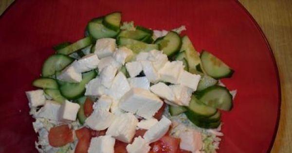 Sałatka z mozarelli i świeżych warzyw - Ser kroimy w kostke i również dodajemy do sałatki