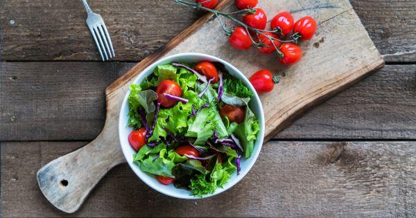 Surówka z pomidorami i cebulą