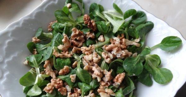 Sałatka z roszponki - W salaterce umieścić roszponkę i orzechy.