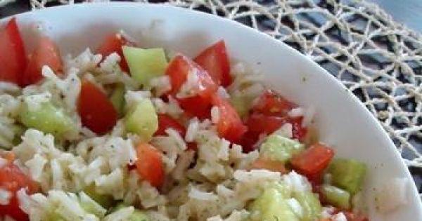Sałatka z ryżu, pomidorów i ogórków - Prosta, szybka i smaczna sałatka z ryżu i warzyw