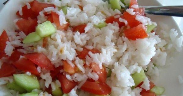 Sałatka z ryżu, pomidorów i ogórków - Mieszam wszystkie składniki, doprawiam do smaku