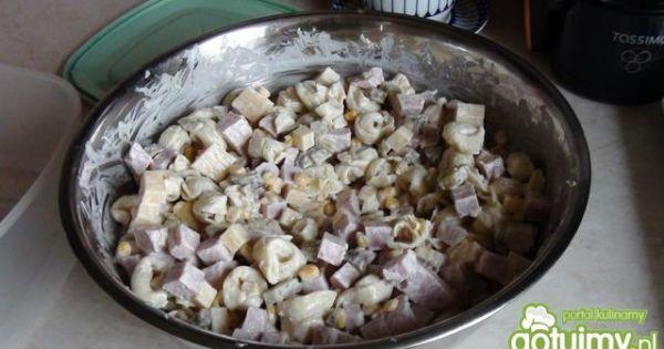 Sałatka z tortellini i szynką - Wszystkie składniki wymieszane z majonezem w misce