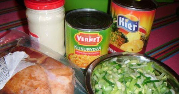 Sałatka z wędzonym kurczakiem i ananasem - Przygotowujemy składniki potrzebne na sałatkę.
