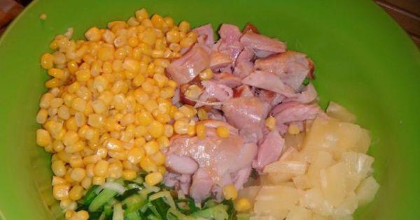 Sałatka z wędzonym kurczakiem i ananasem - Wszystkie składniki na sałatke wsypujemy do miski,dodajemy majonez mieszamy.
