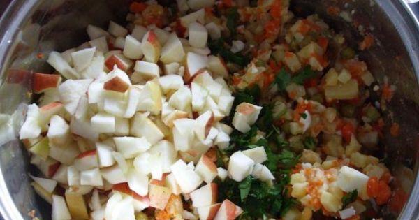 Sałatka ziemniaczana, warzywna z jajkiem - Dodajemy pokrojone jabłka oraz posiekaną natkę pietruszki