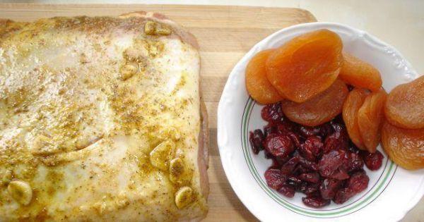 Schab faszerowany morelami i żurawiną - W mięsie trzeba zrobić kieszeń i nałożyć tam suszone owoce.
