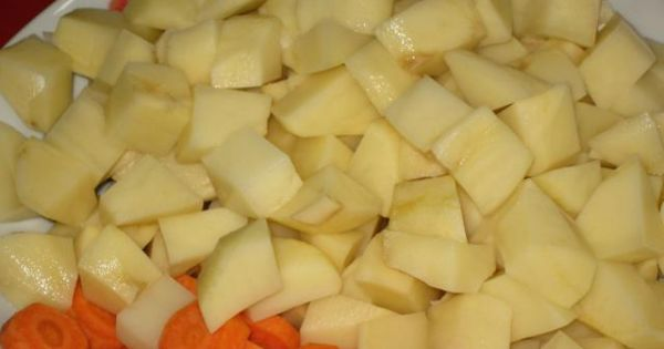 Schab z ziemniakami z piekarnika - Ziemniaki pokroić w kostke a marchew w plastry.