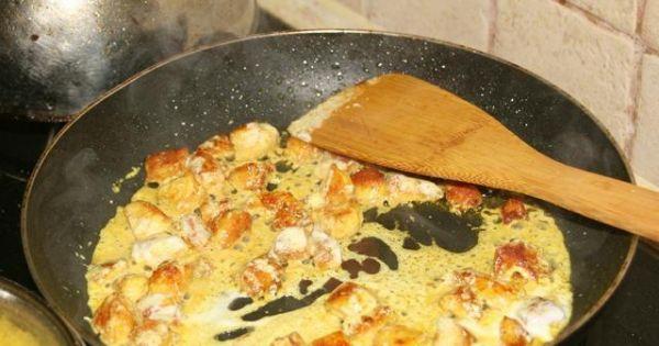 Shoarma(Szałarma) z ryżem - Na końcu smażenia wlewamy resztę śmietany i mieszamy.