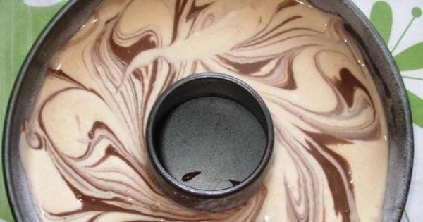 Smaczna, wilgotna łatwa babka marmurkowa - Jasną masę wlać do formy na babkę, następnie wylać na nią masę ciemną. Lekko wymieszać