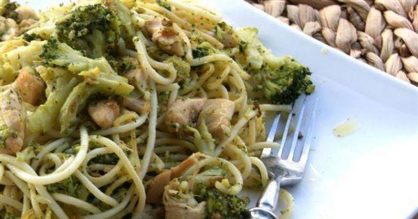Spaghetti z brokułem, piersią i sezamem - Szybkie spaghetti z kurczakiem i brokułem