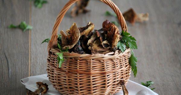 Suszone grzyby w wiklinowym koszyku