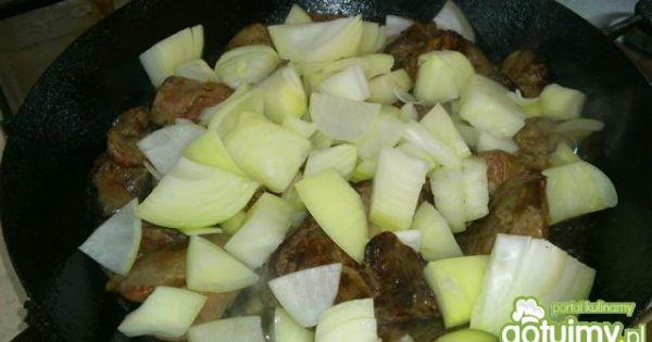 Szybki pasztet z wątróbki - do podsmażonej wątróbki dodać pokrojoną cebulę.