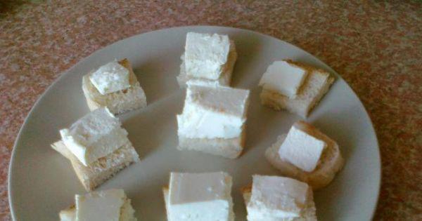 Szybkie koreczki z serem feta - Chleb kroimy w kwadraciki i układamy po kosteczce sera