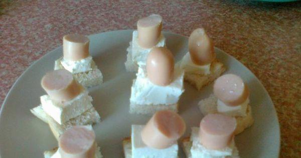 Szybkie koreczki z serem feta - następnie układamy po słupku kiełbasek drobiowych