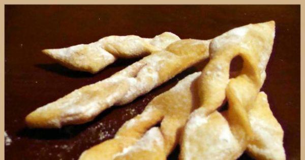 Tanie faworki - Usmażone faworki odsaczyć z nadmiaru tłuszczu i posypać pudrem