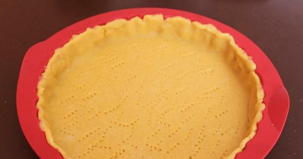 Tarta cytrynowa z bezą - schłodzone  ciasto wałkujemy pomiędzy dwoma kawałkami folii i przekładamy do formy...