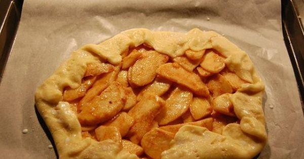 Tarta z jabłkami i cynamonem - Ciasto z nakłutymi brzegami i posypane cukrem