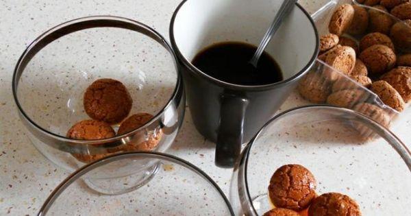 Tiramisu inaczej - Zanurzane w kawie ciasteczka układałam na dnie pucharków.