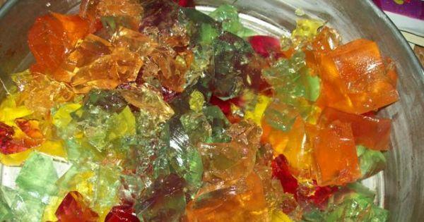 Tort kibica na zimno bez pieczenia  - tutaj kolorowe galaretki pokrojone w kostkę do deseru