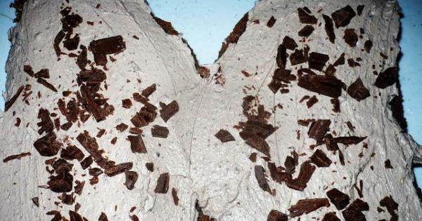 Tort-motyl - Nasączone biszkopty obrócić przeciwlegle od siebie i nakładać kremem.