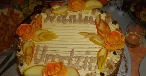 Tort na 18 urodziny - Torcik przełożony kremem, udekorowany, gotowy do spożycia
