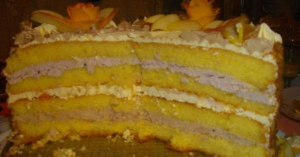 Tort na 18 urodziny - Gotowy tort, został rozkrojony, zostanie podany gościom