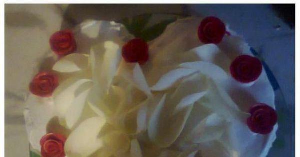 tort w kształcie serca - Tort idealny na walentynki jak również na urodziny ukochanej osoby. Róże kupiłam gotowe w cukierni:)