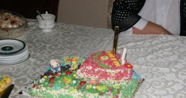 Tort z bitą śmietaną- na każdą okazję   - Tort biszkoptowy przełożony bitą śmietaną i owocami, udekorowany motywem dziecięcym wiórkami waflowymi i ozdobami z masy cukrowej