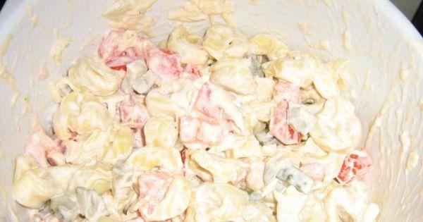 Tortellini z mięsem ogorkiem i pomidorem - Sałatka tortellini