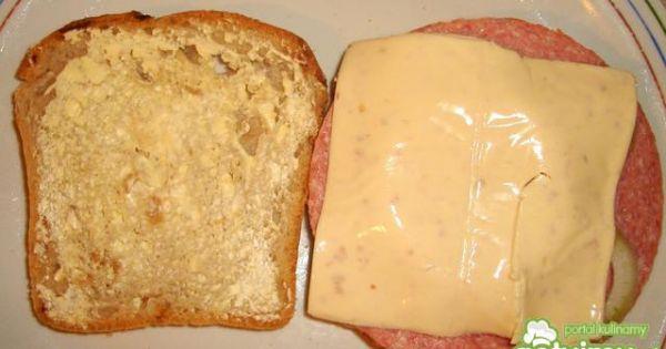 Tosty - Przykrycie plastrem sera tostu z salami i innymi dodatkami.