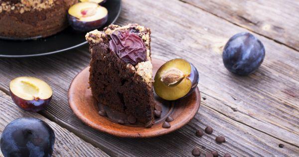 Trójkątny kawałek ciasta czekoladowego ze śliwką węgierką