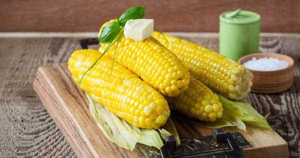 Ugotowane kolby kukurydzy z liśćmi z masłem