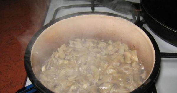 Wątróbka - w osobnym garnku smaż pieczarki z cebulką pokrojoną w kostkę