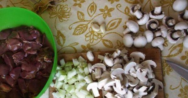 Wątróbka drobiowa z pieczarkami - Pieczarki obrać, umyć i pokroić na grubo. Cebule pokroić w kosteczkę